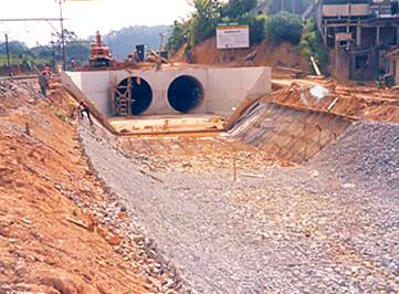 Canalización del arroyo Euzébio junto a la vía permanente de CBTU en Franco da Rocha, SP.